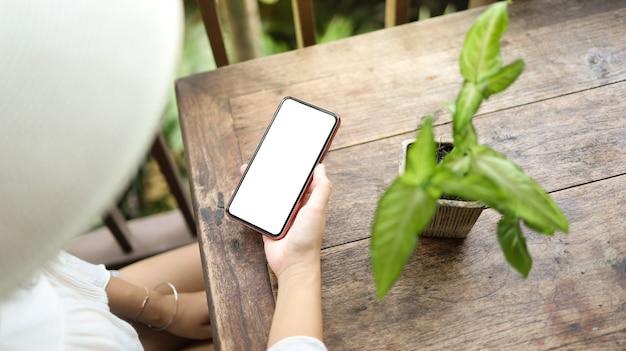 Vakantie concept vrouw hand met zwarte smartphone ontspannen in hotel resort genieten van luxe levensstijl buiten