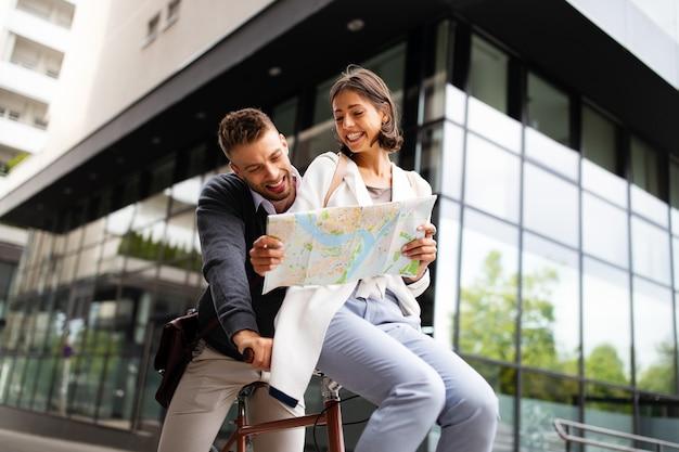 Vakantie, dating en toerisme concept. glimlachend mooi paar verliefd op kaart in de stad