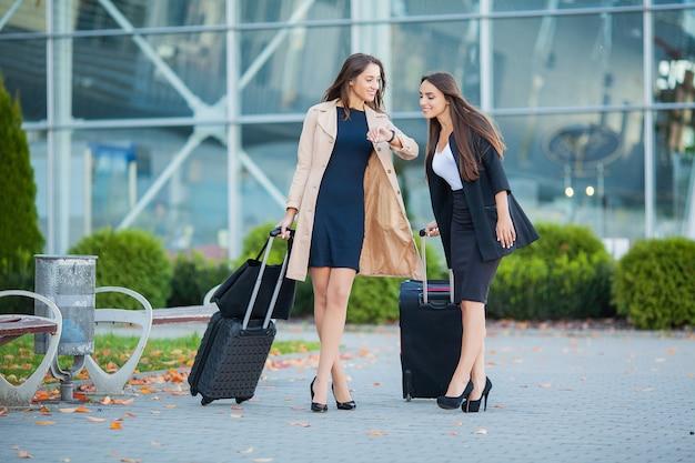 Vakantie, de langverwachte ontmoeting op de luchthaven, vrienden knuffelen op de luchthaven