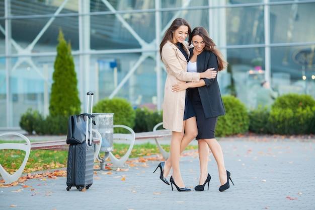 Vakantie. de langverwachte ontmoeting op de luchthaven. vrienden knuffelen op de luchthaven