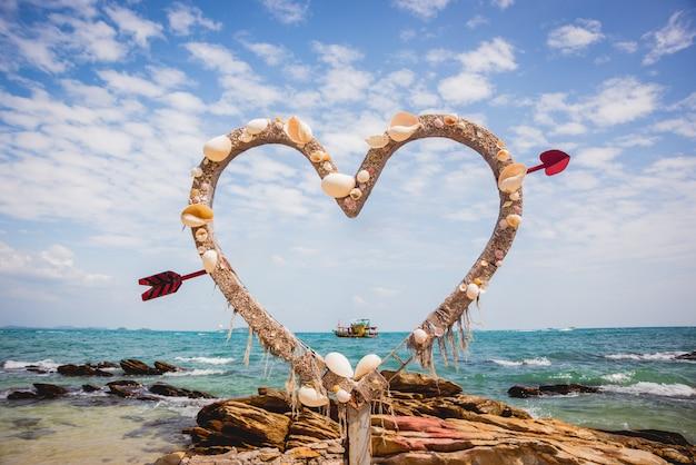 Vakantie decoratie. schelpen hart. zomer strand concept.