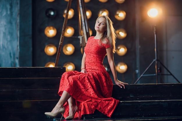 Vakantie en manierconcept - mooie sexy vrouw in rode kleding over lichtenachtergrond