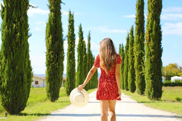 Vakantie en reizen in het beroemde cipressenpad, toscane