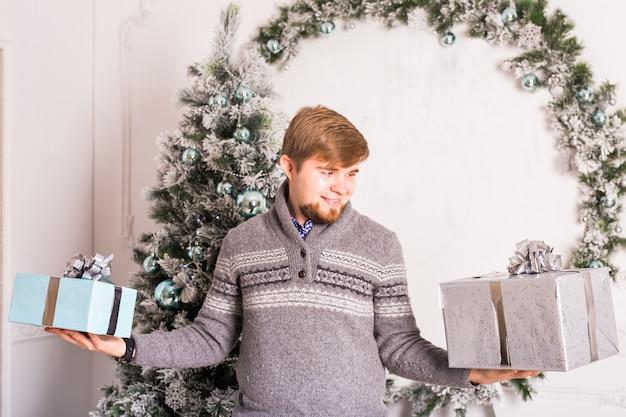 Vakantie en speciale gelegenheid. man die geschenkdoos geeft. man verstopt aanwezig. verrassing.