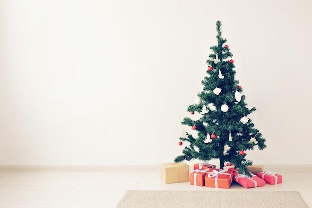 Vakantie en viering concept - versierde kerstboom op witte achtergrond met kopie space
