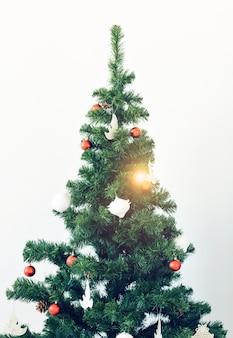 Vakantie en viering concept - versierde kerstboom op witte achtergrond.