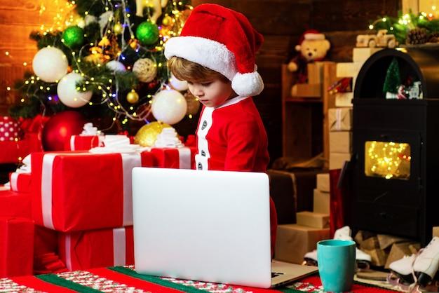 Vakantie en winter concept kindertijd. kerstkind dromen. de mooie baby geniet van kerstmis. gelukkig