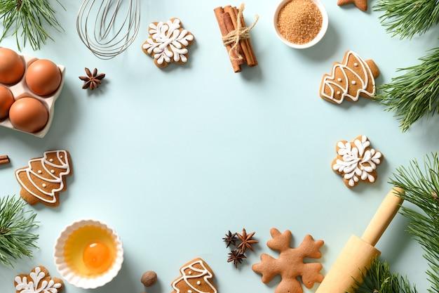 Vakantie frame van kerstkoekjes met ingrediënten om te koken