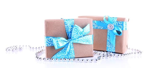Vakantie geschenkdozen versierd met blauw lint geïsoleerd op wit