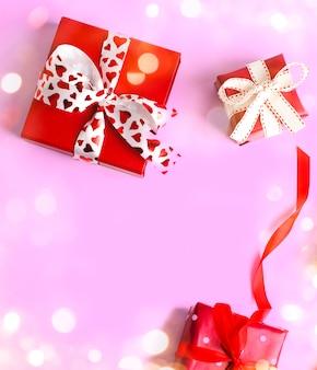 Vakantie geschenken. rode geschenkdozen op roze. valentijnsdag . kerstcadeau.