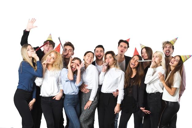 Vakantie. jonge mooie mensen die pret op een witte achtergrond hebben. concept nieuwjaar of kerstmis vieren.