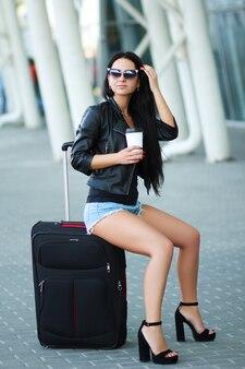 Vakantie. jonge vrouwelijke reiziger in internationale luchthaven.
