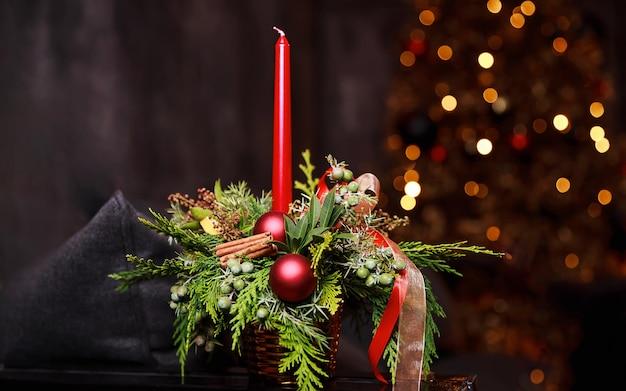 Vakantie kaars van wazig licht, bokeh. gezelligheid en stijl. modern evenementontwerp. compositie met een boeket bloemen en brandende kaarsen, feestelijke avondsfeer