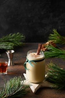 Vakantie kerst eierpunch drank in glazen pot voor volwassenen met alcohol