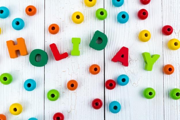Vakantie kleurrijke tekst op wit hout met kerstversiering