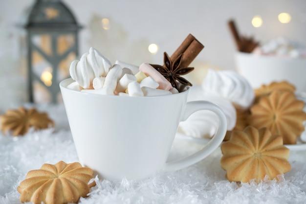 Vakantie kopje cacao met marshmallow of koffie met kruiden en huiskoekjes. kerst concept