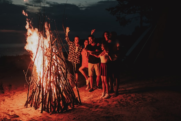 Vakantie leisure bedrijf opwarming van de aarde bonfire op het strand.