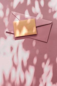 Vakantie marketing business kit en e-mail nieuwsbrief concept schoonheid merkidentiteit als flatlay mockup ontwerp visitekaartje en brief voor online luxe branding op pastel schaduw achtergrond