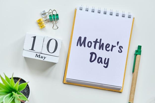 Vakantie moederdag - 10 tiende mei maand kalender concept op houten blokken.