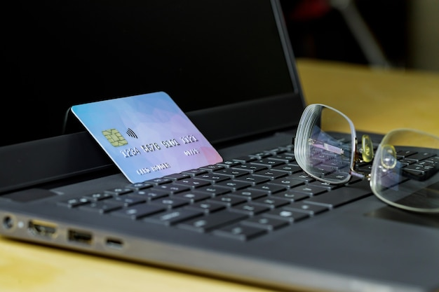 Vakantie online winkelen concept cybermaandag met laptop computertoetsenbord pc en creditcard