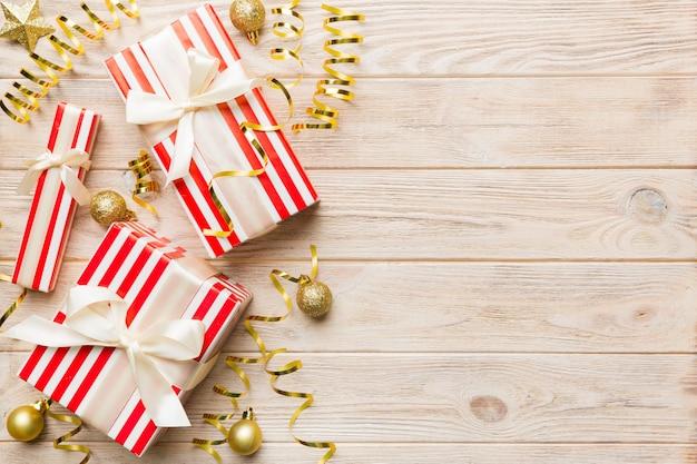 Vakantie plat lag met geschenkdozen verpakt in kleurrijk papier en vastgebonden versierd met confetti op gekleurde achtergrond. kerstmis, verjaardag, valentijn en verkoop concept, bovenaanzicht.