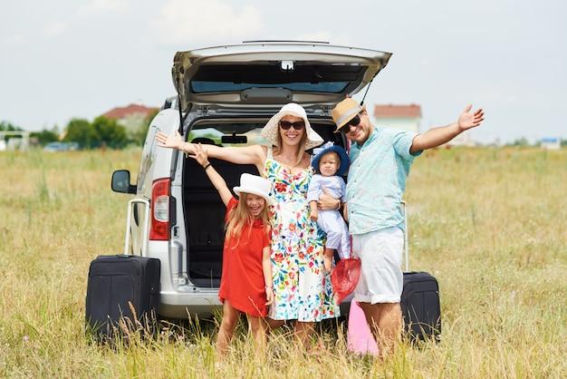Vakantie, reizen - gelukkige familie klaar voor de reis voor de zomervakantie. mensen hebben plezier en maken foto's aan de telefoon. maak een selfie ter herinnering aan de reis