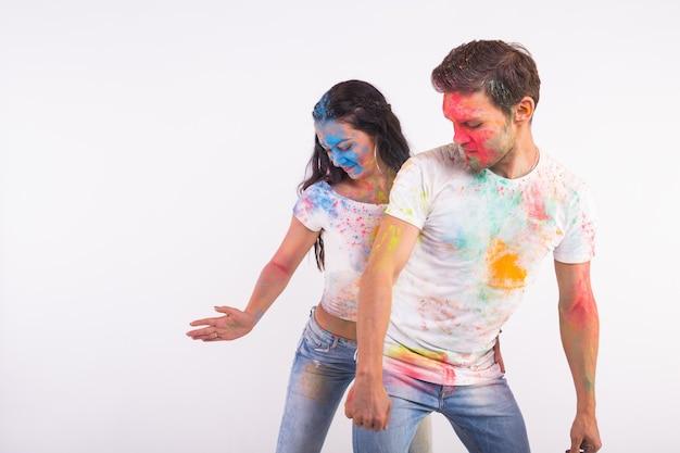 Vakantie, sociale dans, holi en mensen concept - gelukkige paar met plezier en dansende bachata