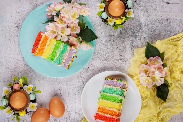 Vakantie stukken van kleurrijke cake en bruine eieren voor paasfeest