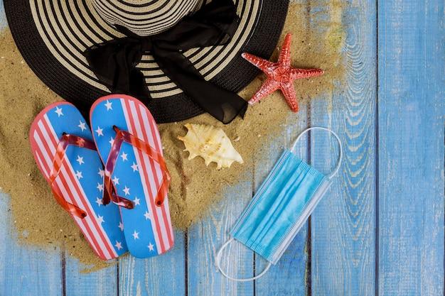 Vakantie tijdens het verbod op vliegreizen naar zomervakantie op het strand met masker vanwege corona pandemie