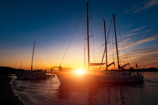 Vakantie vakantie reizen concept: vakantie vakantie zonsondergang zonsopgang zeilboot yacht aan kade. nautisch, ontspanning