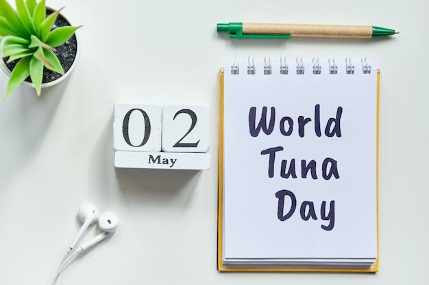 Vakantie wereld tonijn dag - 02 tweede mei maand kalender concept op houten blokken.