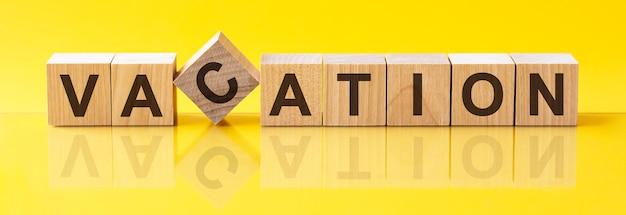 Vakantie woorden geschreven op hout blok. disrupt woord is gemaakt van houten bouwstenen die op de gele tafel liggen. bedrijfsconcept