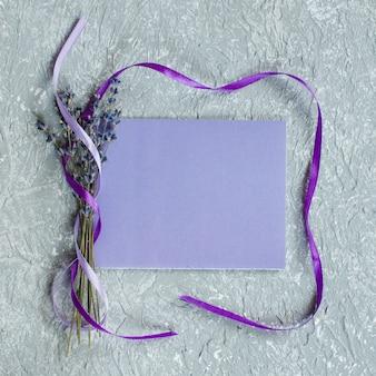 Vakantieachtergrond of groetkaart met lavendel.