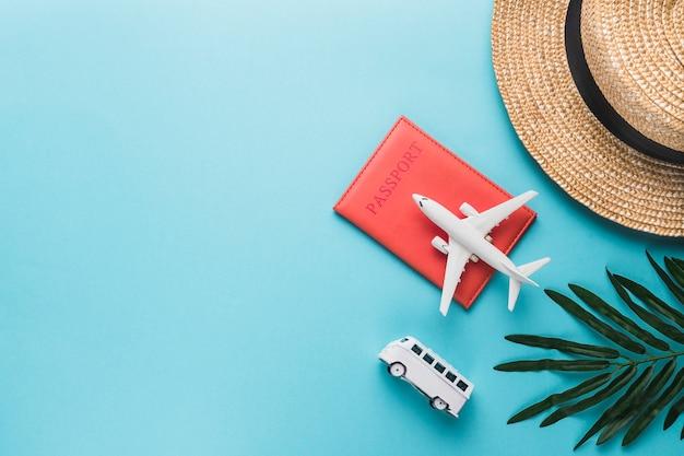 Vakantieconcept met vliegtuig en bus