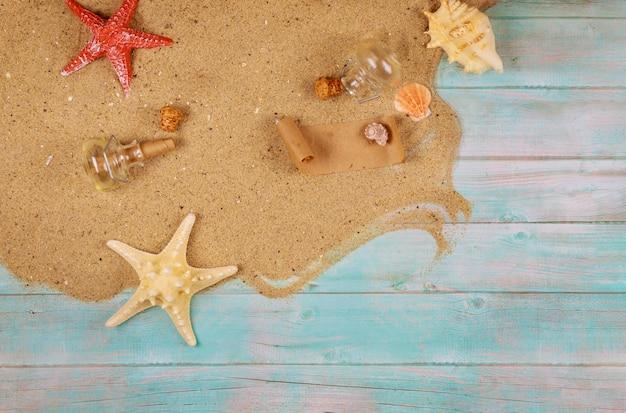 Vakantieconcept met zand, schelpen en zeester