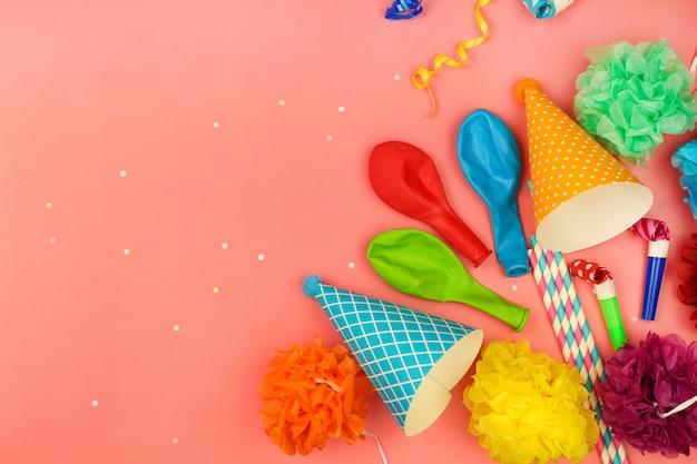 Vakantiehoeden, fluitjes, ballonnen. concept van de verjaardagspartij van kinderen.