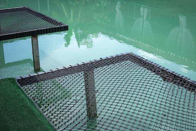 Vakantienet voor zitplaats boven de rivier.