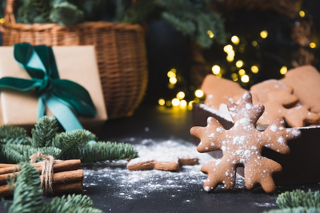 Vakantiesamenstelling van smakelijke zelfgemaakte koekjes, cadeaumand, geschenkdoos en slinger
