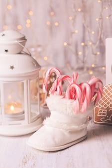 Vakantiesnoepjes - kerstman voedert in witte bootie, kerstdecor