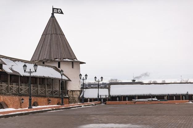 Vakantievakantie reisconcept: kasteelmuur en toren van het kremlin van kazan