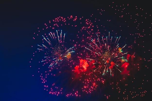 Vakantievuurwerk met vonken, gekleurde sterren en heldere nevel op het zwarte nachtelijke hemeluniversum, kometen. verbazingwekkende schoonheid kleurrijk vuurwerk op viering, te zien op de stad. vier achtergronden
