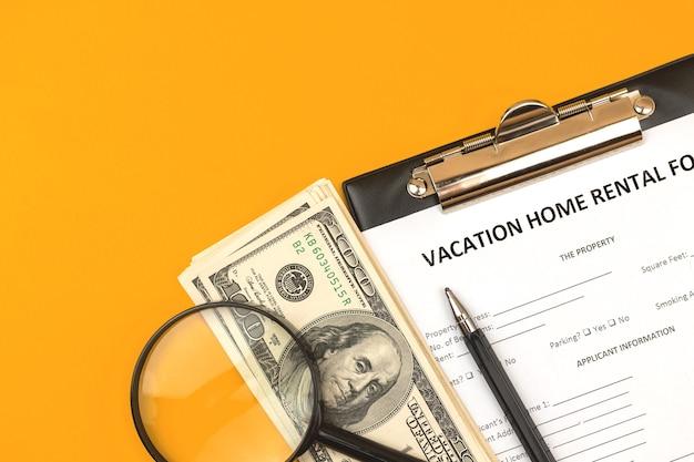 Vakantiewoning verhuur formulier. hypotheek krediet concept, klembord met overeenkomst, geld en pen. bovenaanzicht foto