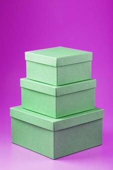 Vakken op een roze achtergrond in de vorm van een piramide.