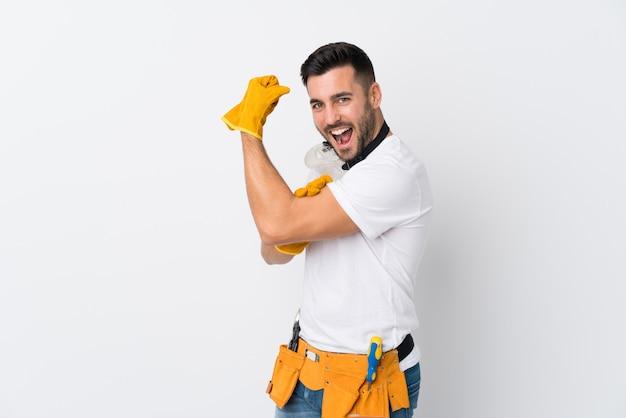Vaklieden of elektricien man over geïsoleerde witte muur maken sterk gebaar