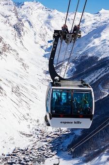 Val d'isere, frankrijk - 10 februari 2015: beroemde kabelbaan in het resort val d'isere, een deel van het skigebied espace killy.