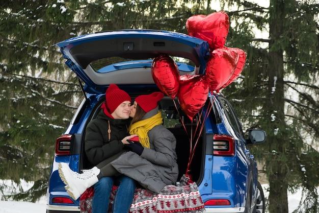 Valentijn cadeau. gelukkig jong koppel met valentijnsdag of verjaardagscadeau