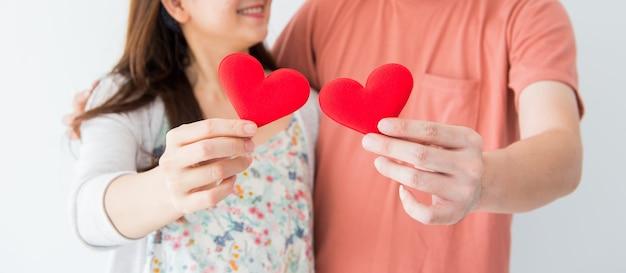 Valentijn en liefste dag, rood hart op paar handen in liefde