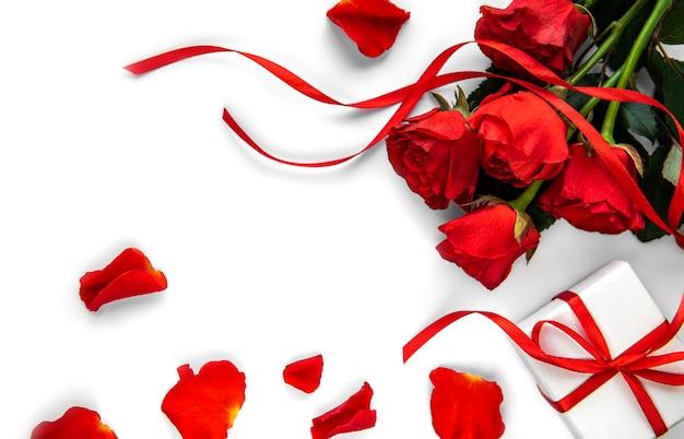 Valentijn geschenkdoos en rode rozen boeket op een witte tafel