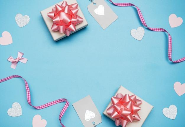 Valentijnsdag achtergrond. geschenken, confetti op pastel blauwe achtergrond. valentijnsdag concept. plat lag, bovenaanzicht, kopie ruimte