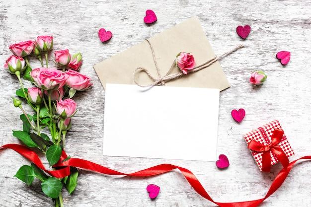 Valentijnsdag achtergrond. lege witte wenskaart met roze rozen